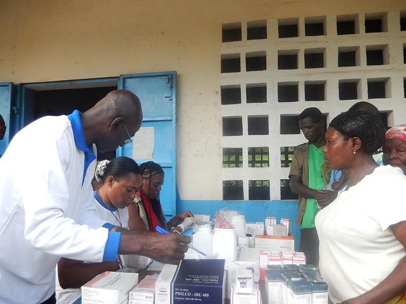 Die Ärzte von Aimes-Afrique bei der Arbeit