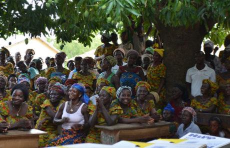 Frauen während eines Empfangs.