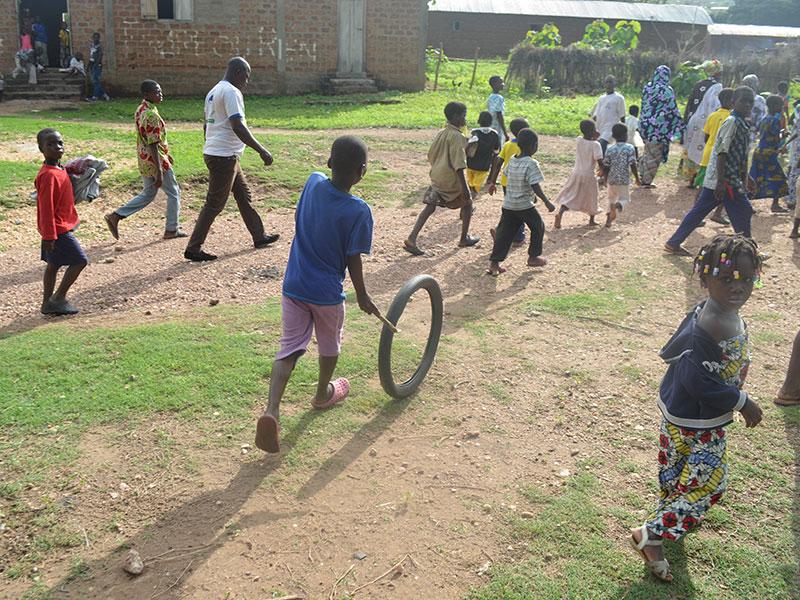 Ein beliebtes Spiel in Togo: Reifen & Stöckchen.