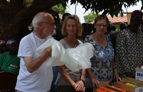 Wir haben Moskitonetze für die Bevölkerung mitgebracht.