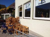 Togohaus Maisach - Fensterfront mit Schulstühlen