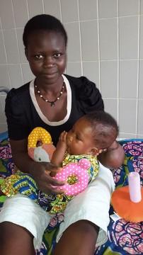 Nata-mit-Spielzeug-und-Mama