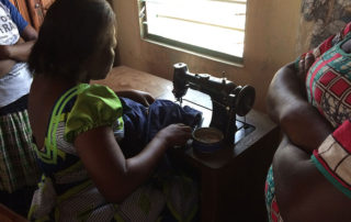 Eine Schülerin in der Nähschule in Atakpamé arbeitet