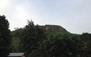An diesen Berg schmiegt sich das Dorf