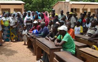 Die Dorfältesten sitzen in der ersten Reihe.