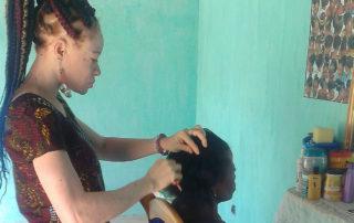 Mablé frisiert einer Kundin die Haare