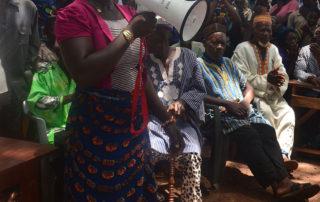 Eine Frau erzählt von ihrer erfolgreichen Operation die die Ärzte von Aimes-Afrique durchgeführt haben.