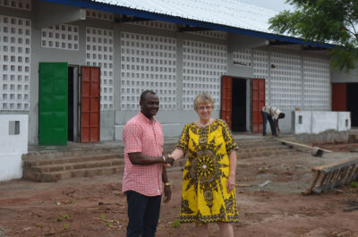 Dr. Michel Kodom von Aimes-Afrique mit Margret Kopp (Aktion PiT - Togohilfe e.V.) vor der neuen Schule