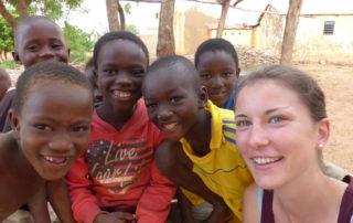 Veronika Gebhart in Togo mit Kindern