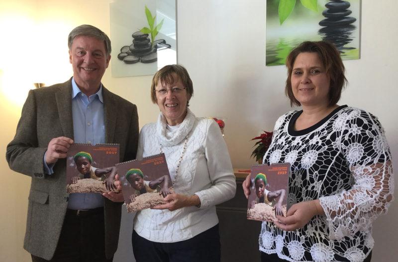 Frederik Röder, Margret Kopp (Vorsitzende Aktion PiT-Togohilfe), Kerstin Polster (Rektorin der Grundschule Alling)