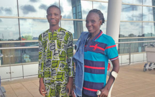 Unser Patenkind Fabrice (PK 845) bringt seine Mutter mit ihrer kaputten Hüftprothese persönlich zum Flughafen, damit sie mit uns gemeinsam nach Deutschland fliegen kann.