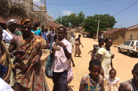 Menschen im Dorf Kouma-Apoti in Togo