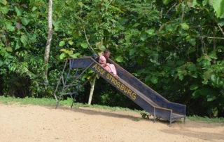 Ein Kind rutscht eine Rutsche hinunter in Kouma Apoti