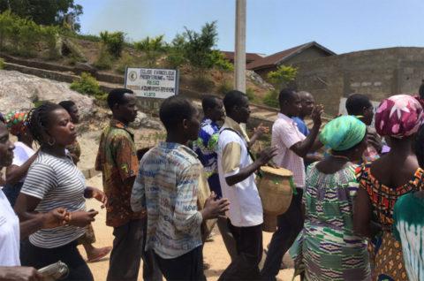 Die Menschen erwarten uns schon am Ortseingang von Kouma Apoti
