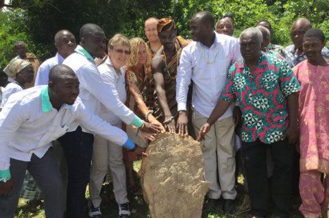 Der Grundstein der Schulkantine von Kouma Apoti, Togo, Afrika wird zusammen gesetzt