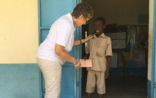 Margret Kopp trifft eines der Patenkinder in Kouma Apoti, Togo, Afrika