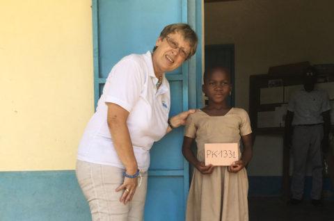 Margret Kopp trifft ein Patenkind in Kouma Apoti, Togo, Afrika