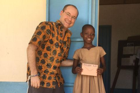 Andy Kopp trifft ein Patenkind in Kouma Apoti, Togo, Afrika