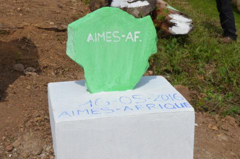 Der Grundstein der Schulkantine in Kouma Apoti ist auch bei der Einweihung noch da.