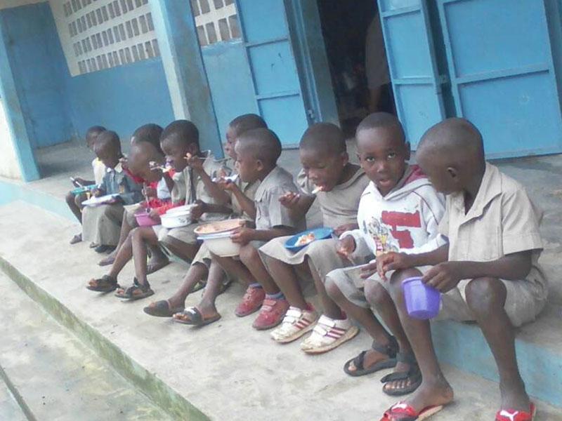 Kinder bei der Schulspeisung