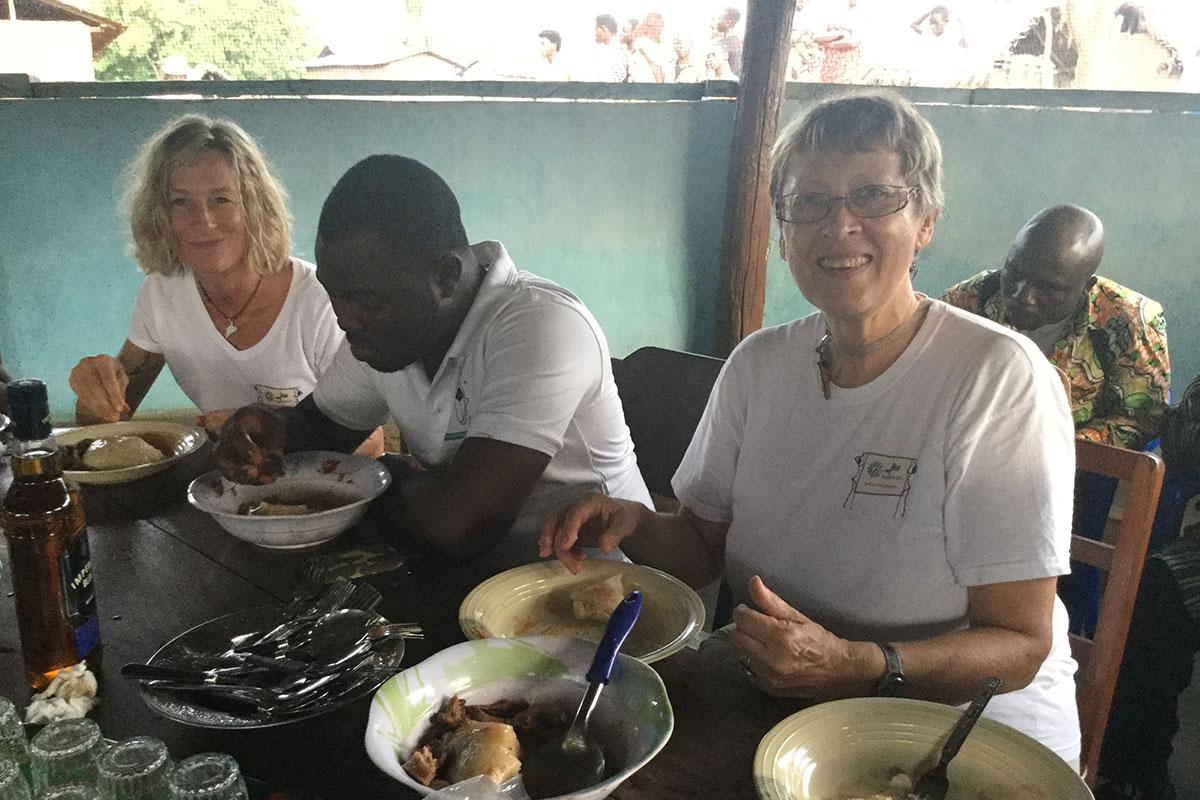Trotz der unübersehbaren Armut werden wir zum Essen eingeladen
