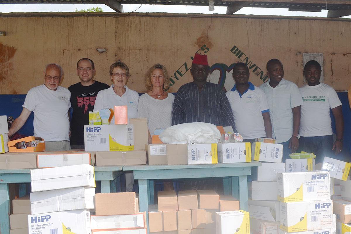 v.l.: die Abordnung von Aktion PiT, der Dorfchef von Fazao Tagba Lombo, Atisso von Aimes Afrique, Albert von Aktion PiT und Farouz von Aimes-Afrique