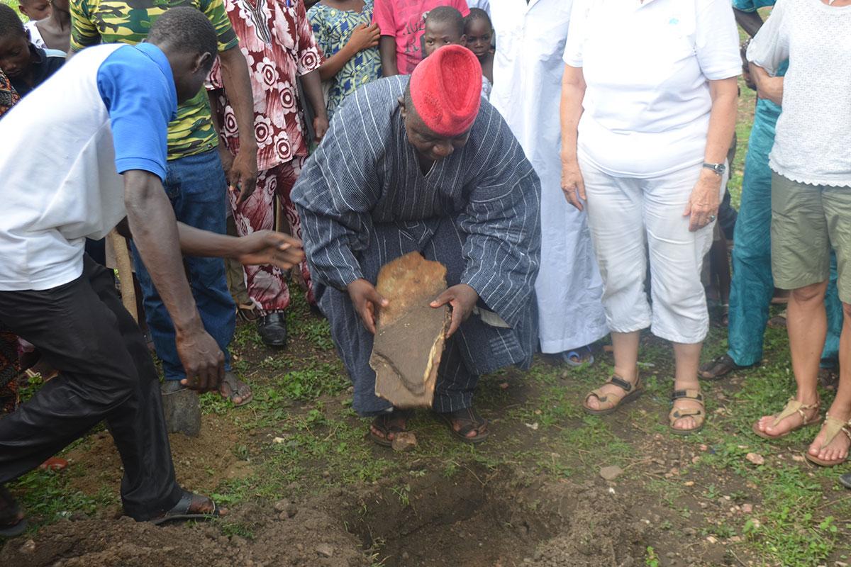 Der Dorfchef stellt höchstpersönlich den Grundstein auf