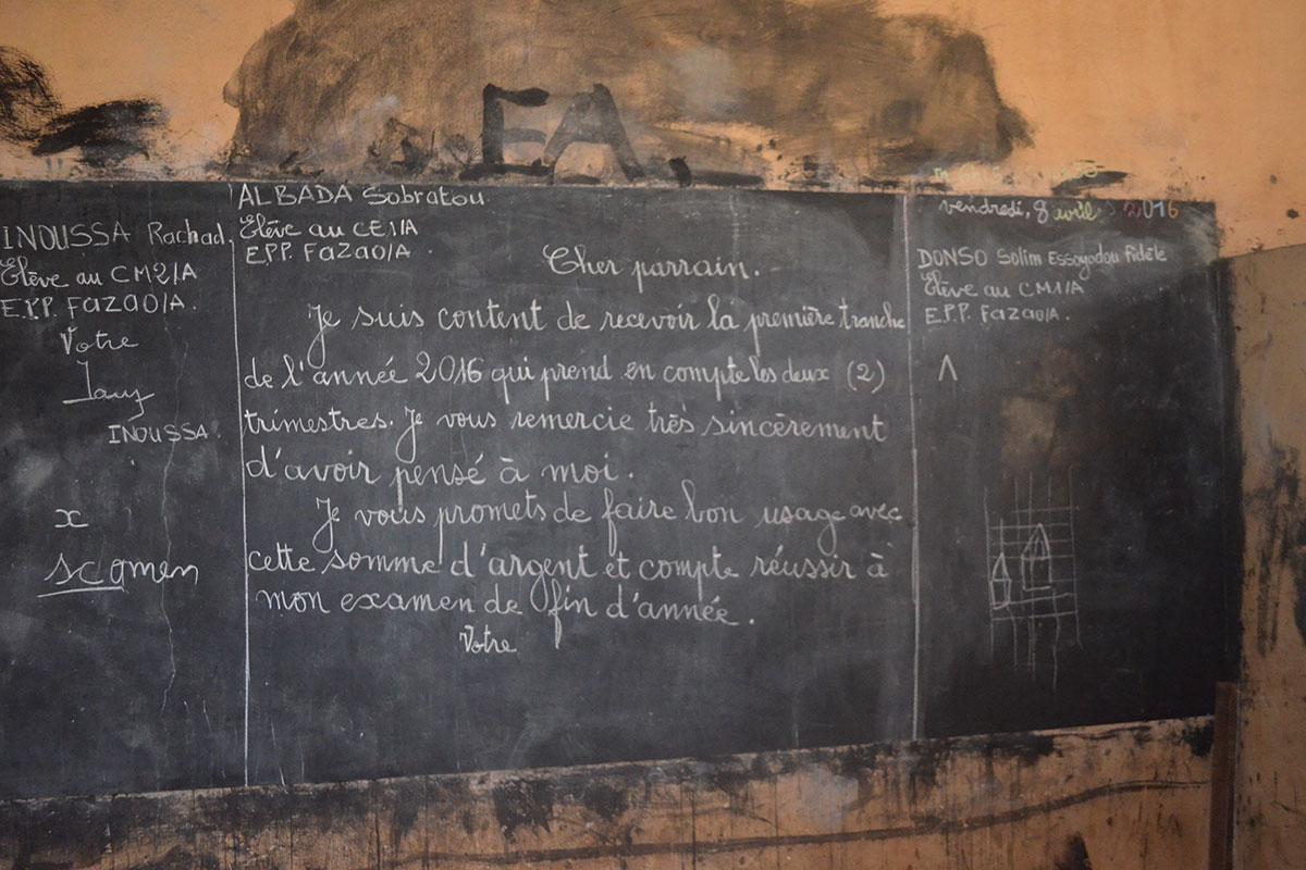 Die Patenkinder haben einen Brief an Ihre Pateneltern an die Tafel geschrieben
