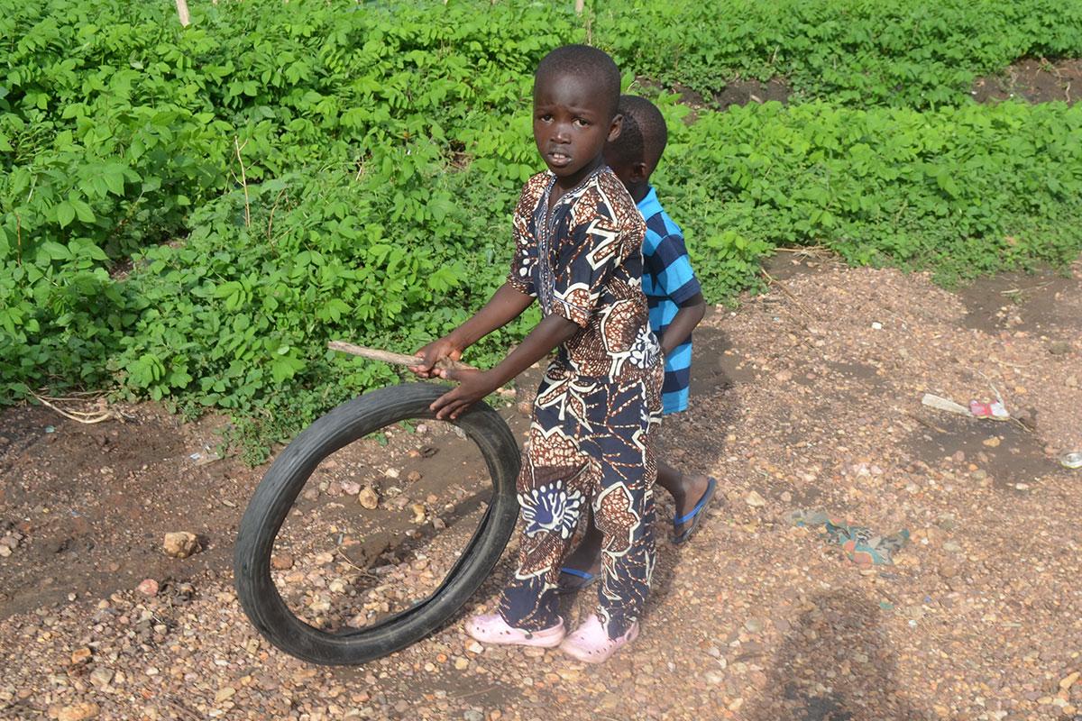 Das Spielzeug der Kinder: Stöckchen und Reifen