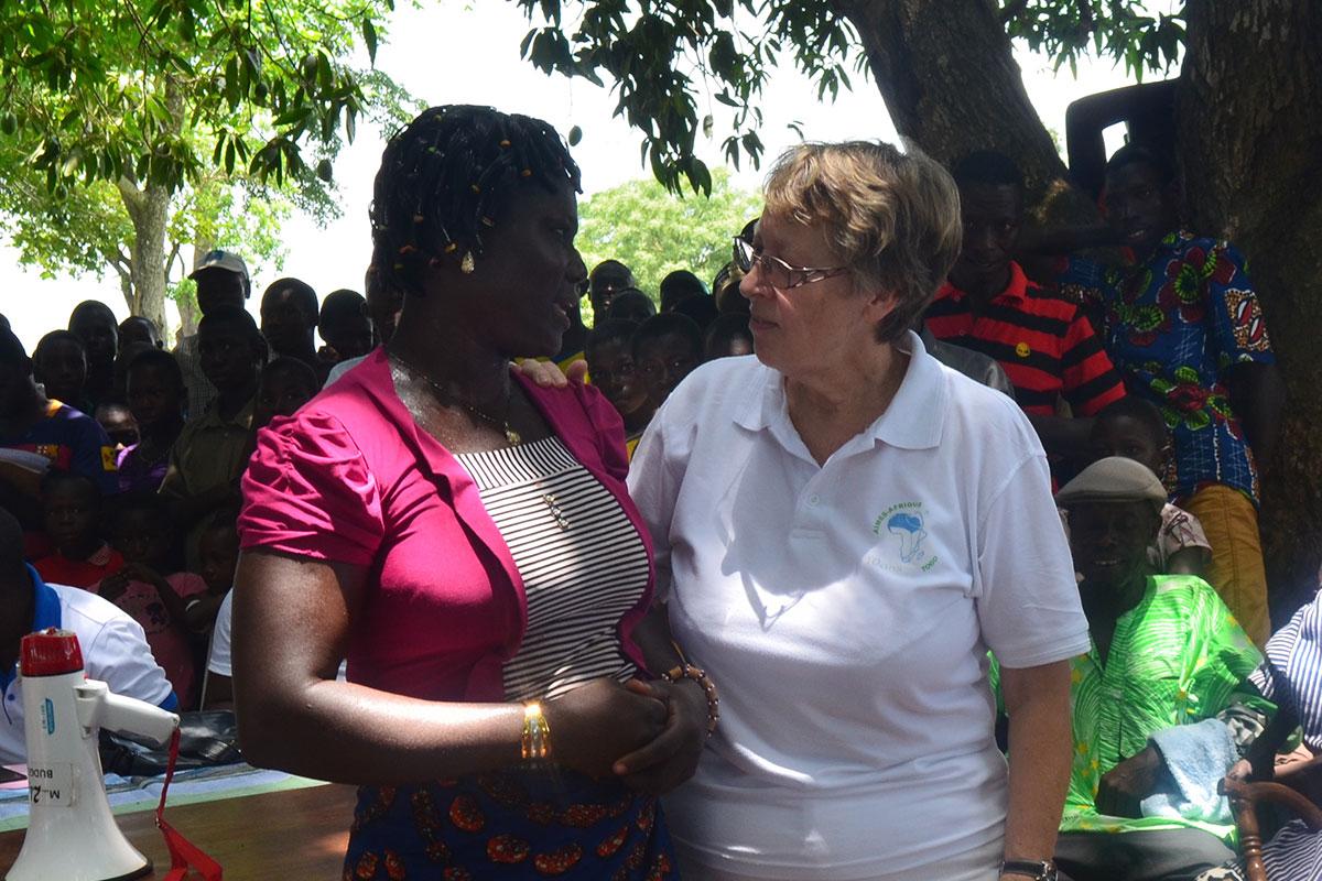 Eine Frau erzählt spontan von ihrer Operation durch Aimes-Afrique