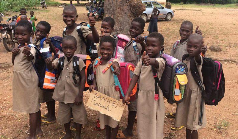 Die Kinder in Togo freuen sich über die aus Maisach gespendeten Schultaschen