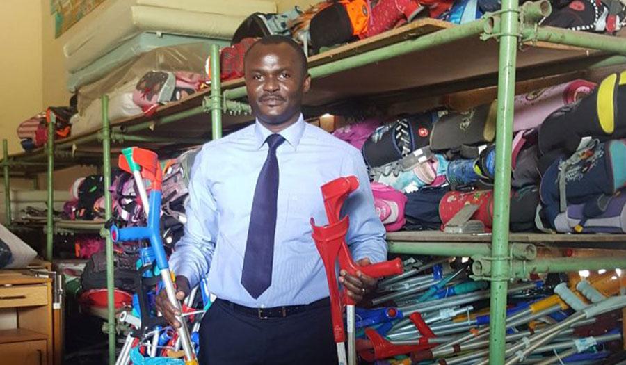 Dr. Kodom von Aimes-Afrique mit den Krücken für die Hüftoperationen in Togo