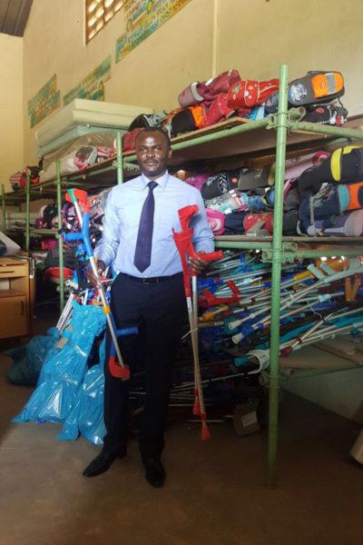 Dr. Kodom mit den Krücken in unserem Lager in Lomé