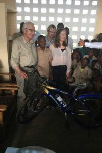 Fahrradübergabe für ein Patenkind