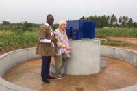 Dr. Kodom (Aimes-Afrique) mit Alfred Aubele beim neuen Brunnen