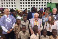 Gruppenfoto vor der Schule mit Botschafter Exzellenz Christoph Sander (links)