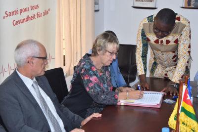 Margret Kopp unterschreibt den Vertrag