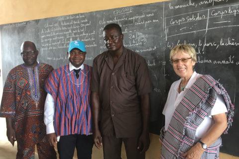 Zwei Lehrer sowie Dr. Baritsè (2 v.l.) und Margret Kopp