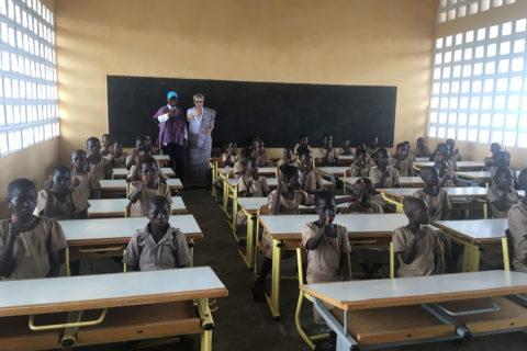 Die Schüler sind begeistert von ihren neuen Schultischen und Stühlen