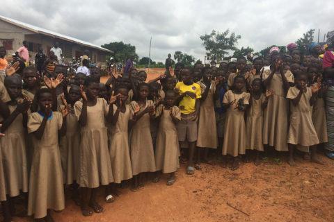 Die Schüler in Fobenga begrüßen uns zur Einweihungsfeier ihrer Schule