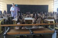 Die Kinder in Fobenga sitzen an den neuen Schulmöbeln aus Tauberbischofsheim