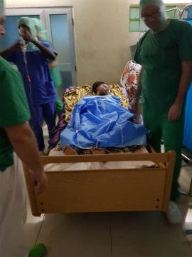 Die Patientin kann sich auf einem von Aktion PiT-Togohilfe gespendeten Bett von der OP erholen.
