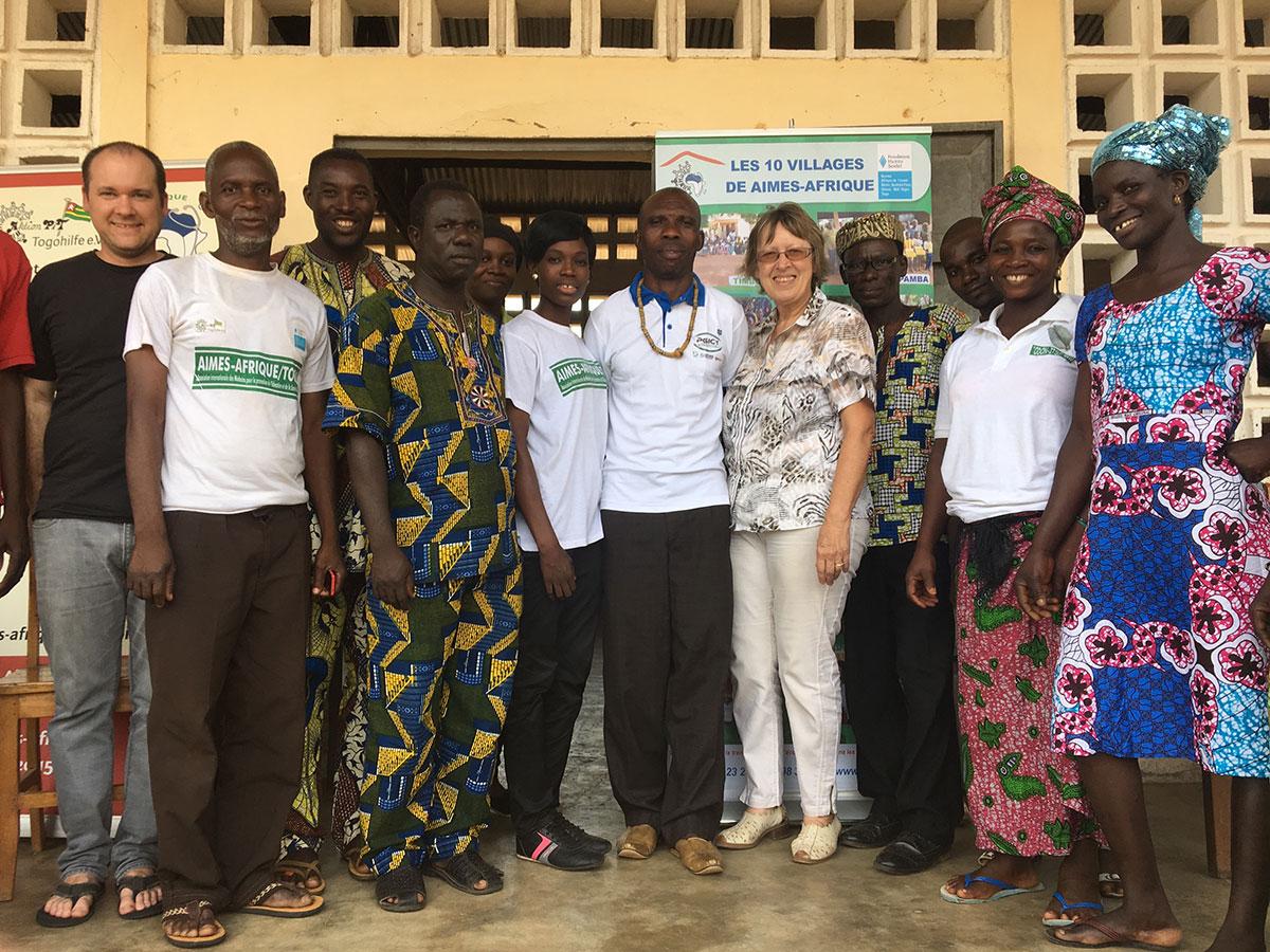 Gruppenfoto mit dem Dorfchef (siebter von Links neben Margret Kopp) in Illico