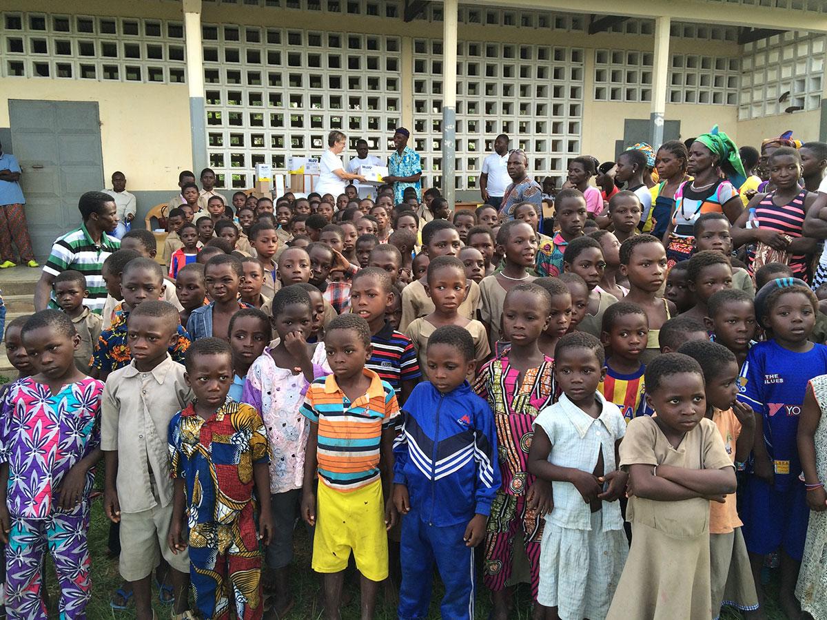 Kinder vor dem Schulgebäude in Illico