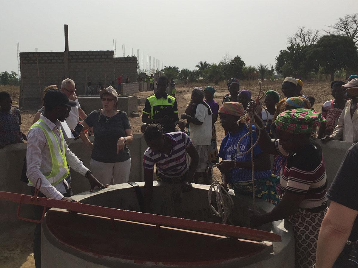 Neben dem Schulbau finanzieren wir auch einen Brunnen