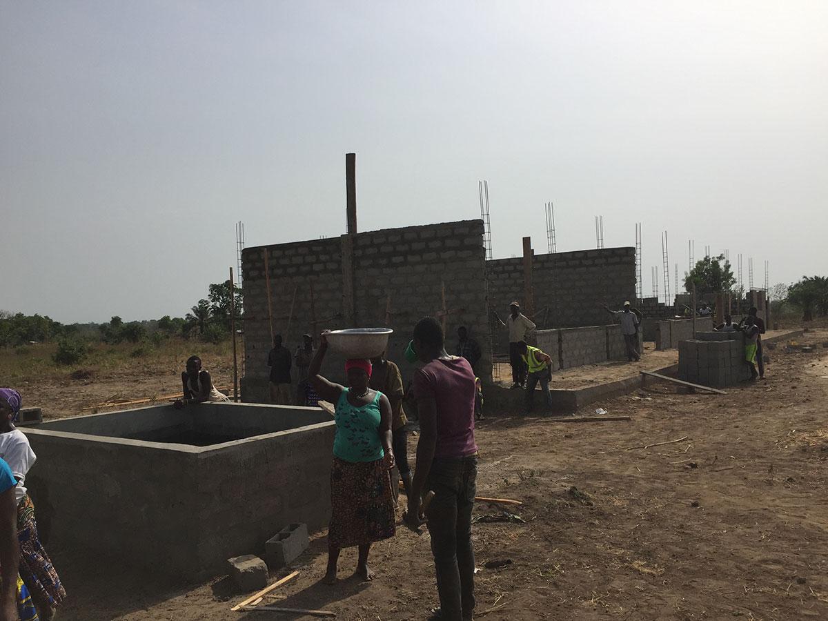 Auf der Baustelle in Konkonde hilft die ganze Bevölkerung mit. Unter anderem helfen die Frauen beim Wassertragen.