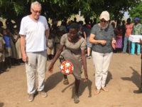 Die Schul-Damen-Fußballmannschaft hat den Kreispokal gewonnen und Kapitänin bekommt von uns einen neuen Fußball überreicht