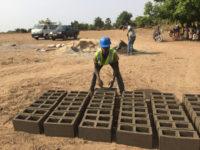Die Mauersteine werden direkt an der Baustelle geformt und von der Sonne gebacken.