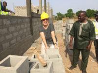 Margret Kopp lässt es sich nicht nehmen und hilft beim Bau :-)
