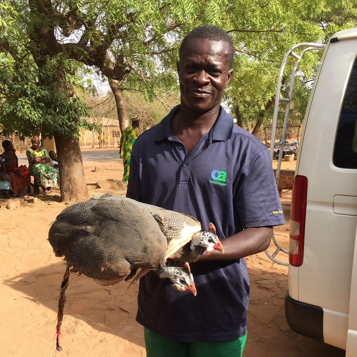 Zwei seiner wertvollen Perlhühner schenkt uns der Familienvater.
